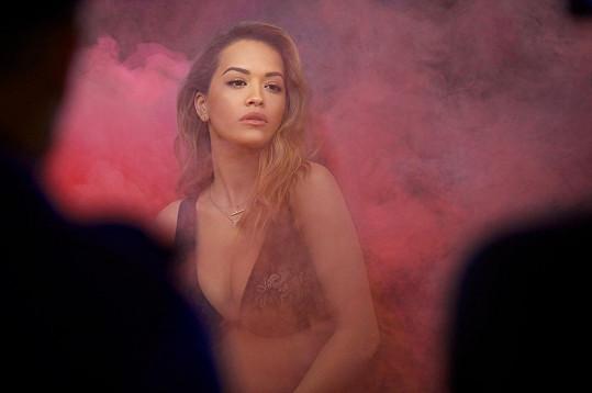 Kampaň, které se mistrně zhostil Michelangelo Di Battista, představuje hudební video zahalené do jasného růžovo-broskvového kouře, který symbolizuje úsvit na východním pobřeží Ameriky. V něm probleskuje silueta Rity Ory, ikony světa hudby i stylu.
