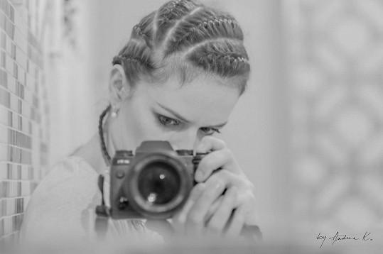 Andrea používá fotoaparát jako prostředek sebevyjádření.