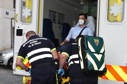 A odvezli do nemocnice.