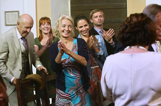 Veronika Khek Kubařová (čtvrtá zleva) se na natáčení primáckého seriálu Hvězdy nad hlavou potkala například s Petrem Nárožným (vlevo) či Veronikou Žilkovou (v popředí).
