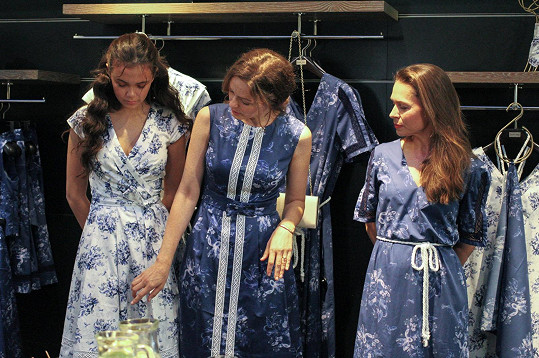 Kateřina na sobě odprezentovala kousky z Modrobílé kolekce Pietro Filipy od návrhářky Zuzany Osako.