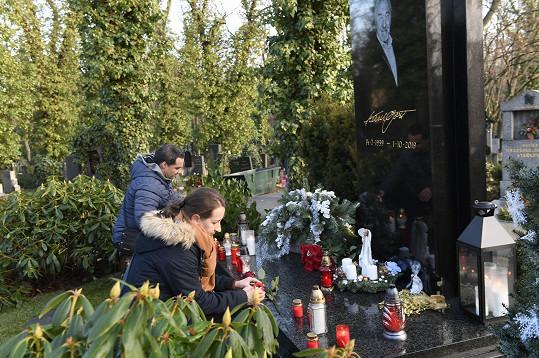 Hrob se pomalu začíná plnit svíčkami od fanoušků.