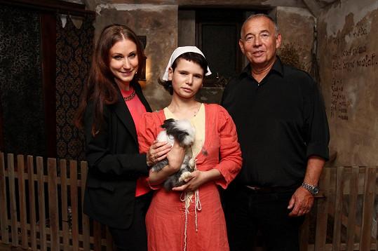 Ivan Vyskočil s přítelkyní Romanou (vlevo) a dcerou Míšou