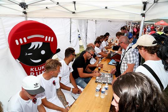 Fotbalové a hokejové legendy se ve prospěch nadace zúčastnily autogramiády.