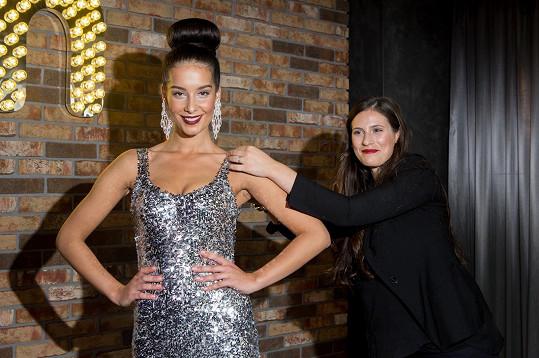 Do kufru si zabalí třináctery šaty módní návrhářky Sandry Švédové, z toho šest večerních rób.