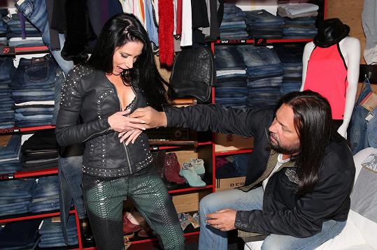 Jirka Pomeje asistoval při výběru nových outfitů.