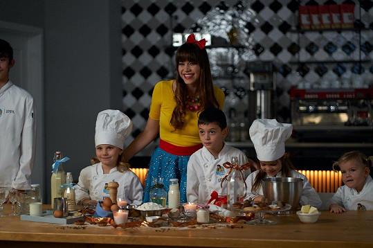 Zpěvačka Karolina Gudasová Neuvirthová natáčela vánoční klip.