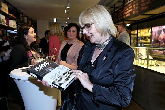 Herečka překvapila svou přítomností na křtu gurmánské knihy Dominica Jamese Prague Cuisine, kde se sešla řada celebrit.