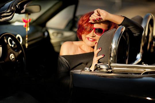 Loni vydala Petra album Blázni. Na obalu opět nechyběl automobil. Tentokrát se jednalo o podstatně modernější kousek.
