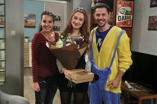 Kolegové a kamarádi Míša Tomešová a Petr Ryšavý ji během natáčení překvapili přáním k narozeninám.