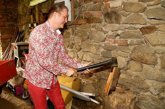 I houslový virtuos musí občas vzít sekyru a přichystat dřevo na zimu. Ale s nejvyšší opatrností, ruce jsou jeho živobytím.
