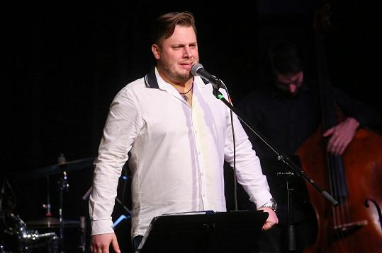 Tomáš Savka v bílé košili, usedlým sestřihem a vousy jen vzdáleně připomínal tehdejšího idola ze SuperStar.