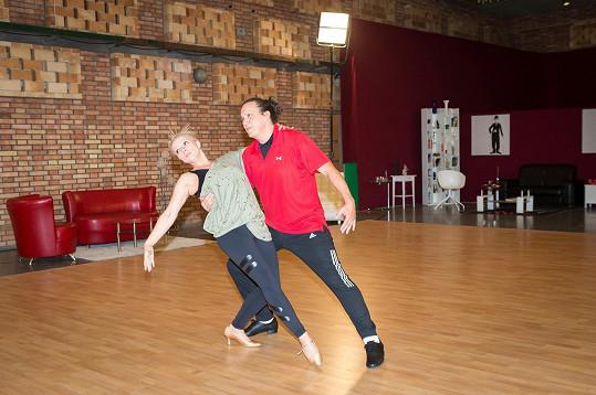 Richard se standardním tancem a latinou moc zkušeností neměl.