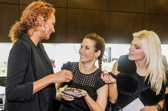 Na křtu kalendáře se Lejla potkala s kamarádkou a kolegyní Evou Decastelo. Do hovoru se zapojila i Eva Perkausová.