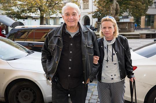 Jiří Krampol i jeho manželka Hana mají s Monikou a její rodinou velmi dobré vztahy.