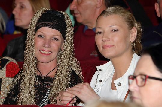 V hledišti zasedla s maminkou Alenou Semelkovou.