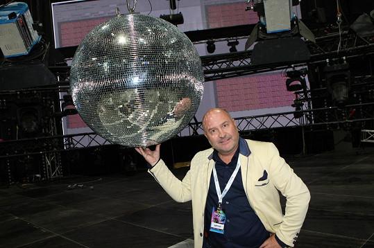 Disco koule nesmí chybět.