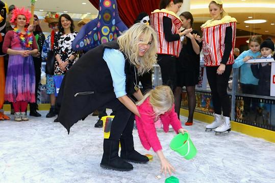Romana s dcerami řádila na ledové ploše uprostřed obchodního centra.