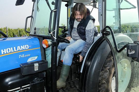 Po letech zkusil řídit traktor.