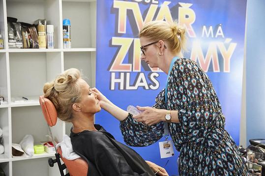 Maskéři herečce nejdříve nanesli make-up.