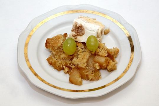 Hruškový koláč Zdeněk přizdobil zmrzlinou a hroznovým vínem.