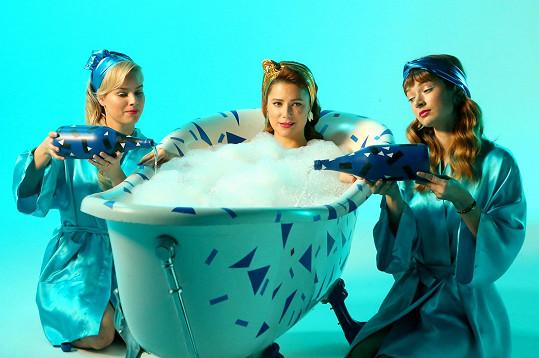 Ivana Korolová představila klip k písni PMS. Zahrály si v něm i její kamarádky Patricie Solaříková (vlevo) a Marika Šoposká. Ta je rovněž autorkou textu.