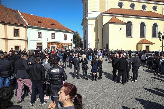 Náměstí před kostelem bylo také zaplněné.