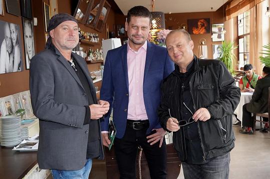 Ladislav Křížek s manažerem Tomášem Krauzem a fotografem Jakubem Ludvíkem (vlevo)