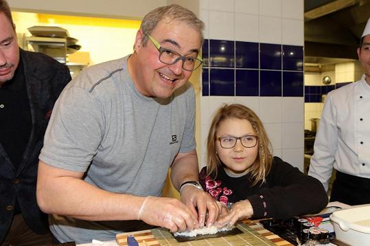 Taťka s dcerou vyráběli sushi.