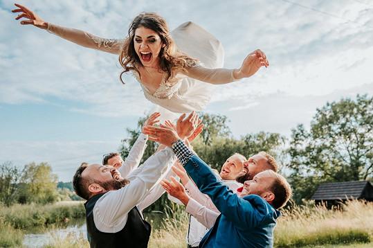 Nevěsta se na svatbě proletěla.