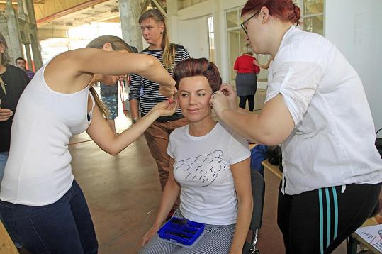 Leona Machálková při zkoušce paruky.