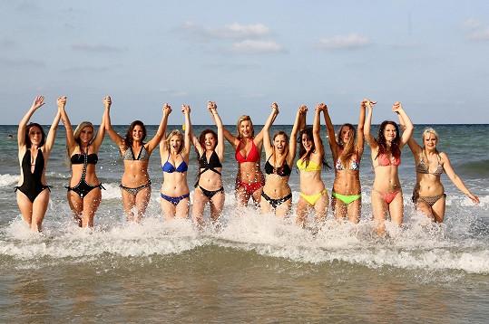Dívky řádily v moři.