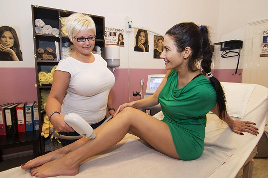 Když si teď v Brně došla na epilaci, rozhodně stahovací prádlo neměla.