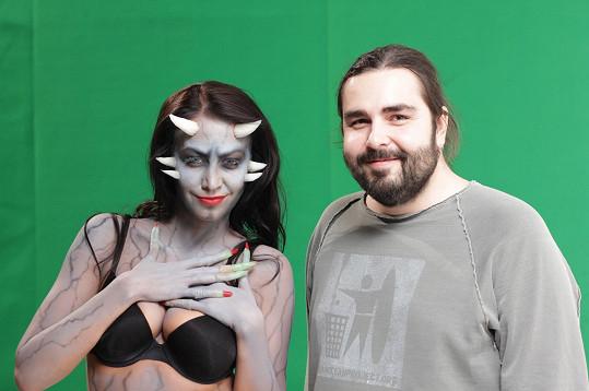 Agáta ztvárnila nejen zdravotní sestřičku, ale i démona. Na fotce s režisérem klipu Mirkem Mirčevem.