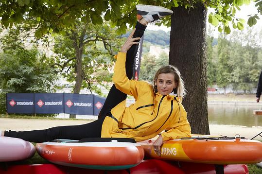 Prvky jógy zvláda i na paddle boardu.