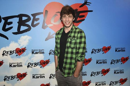 Roman Tomeš si zahraje v muzikálu Rebelové hlavního hrdinu Šimona. Bohužel si na premiéru bude muset ještě počkat.