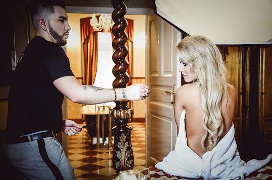 Dominika během příprav se stylistou Samem Dolcem.