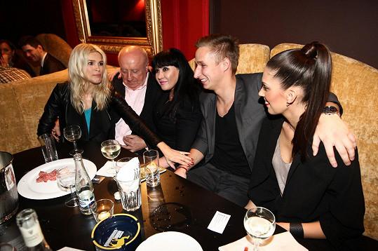 U stolu společně usedli Petrova žena Romana, Dáda Patrasová s manželem Felixem Slováčkem a Aneta Vignerová s přítelem Michalem Zemanem.