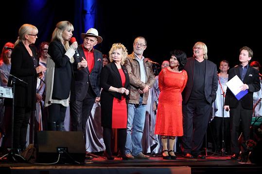Zuzana Stirská (v červených šatech vedle Karla Vágnera), soubor Fine Gospel Time a jejich gratulanti