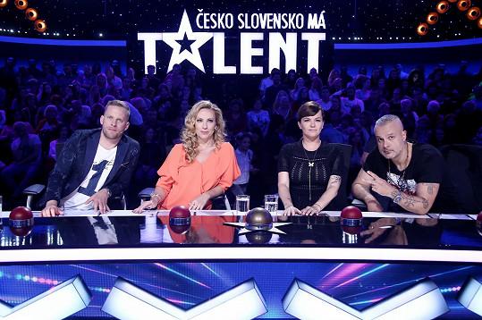Jakub Prachař, Diana Mórová, Marta Jandová a Jaro Slávik pozorně poslouchají rap slovenských sourozenců.