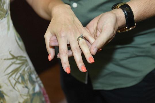 Zásnubní a snubní prsten páru.