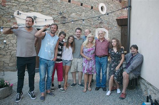 Natáčení probíhalo ve vesnickém prostředí středočeských Zduchovic.