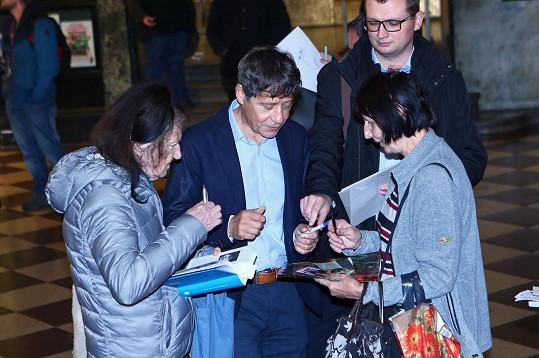 Pavel si našel čas i na fanynky, které si přišly pro podpis.
