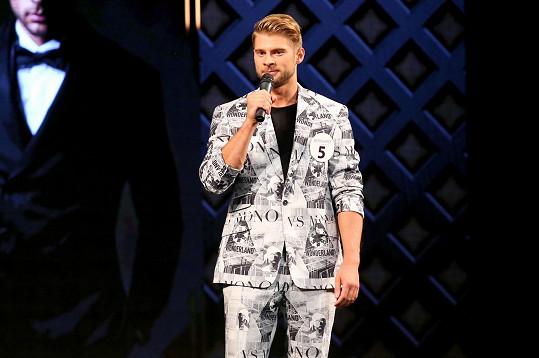 Jakub Kochta v obleku při rozhovorech