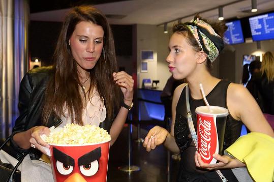 Timková a Doubravová se ládovaly popcornem ještě před projekcí.