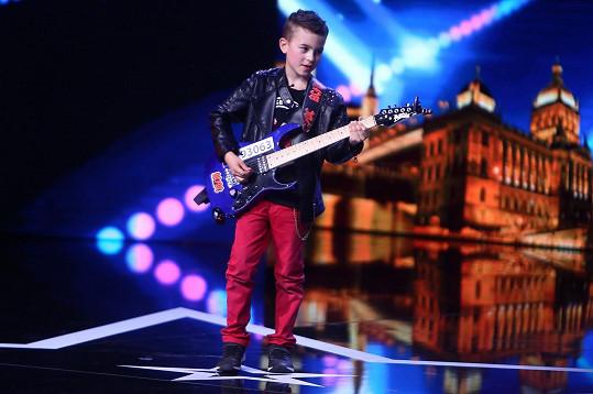 Na kytaru hraje teprve dva roky.