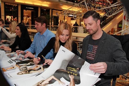 Ivana Gottová podepisovala s Petrem Vágnerem a dalšími tvářemi Primy charitativní kalendář.