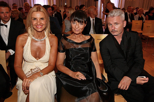 Tamara Kotvalová byla usazena vedle návrhářky Liběny Rochové a Lukáše Loskota.