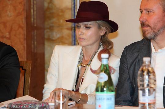 Daniela během tiskové konference v Rezidenci primátora hlavního města Prahy
