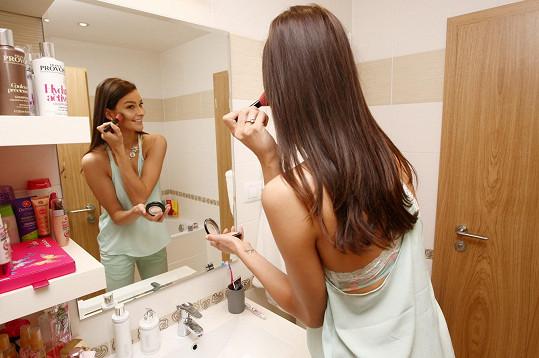 Koupelna je typicky holčičí, přeplněná kosmetickými produkty.